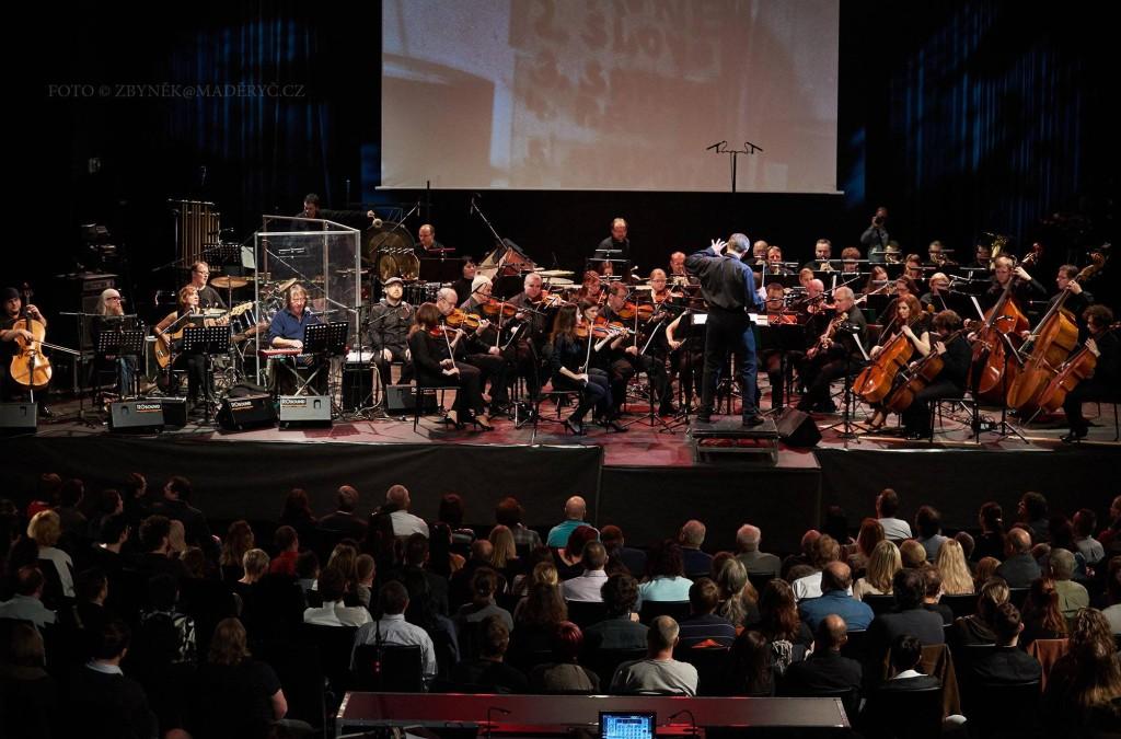 """""""Co znamená vésti koně"""" - The Plastic People of the Universe a Filharmonie Brno, dirigent Pavel Šnajdr. SONO Centrum Brno - 17.11.2015. Foto: Zbyněk Maděryč"""